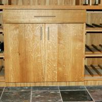 Beautifully figured White Oak lower section cabinetry. Slate floor is a good match for the Oak.
